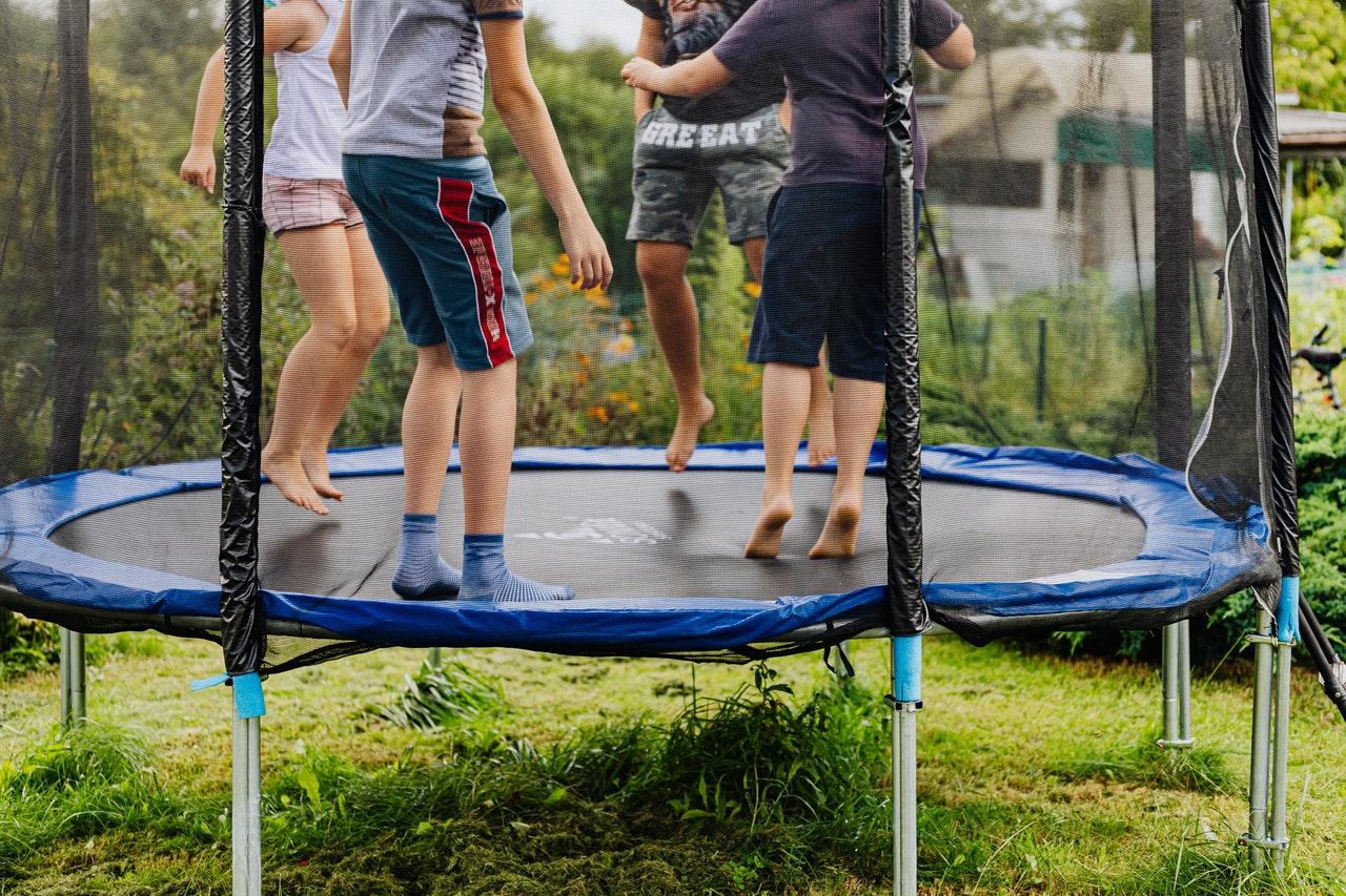 Trampolina ogrodowa dla dzieci - jaką wybrać