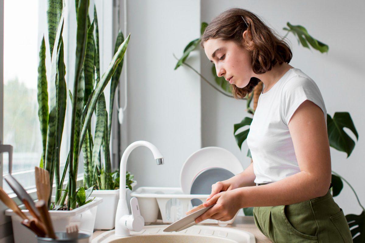Jak oszczędnie i efektywnie myć naczynia?